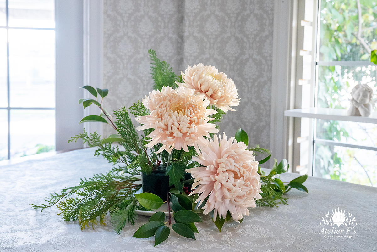 お正月アレンジ 菊を挿す