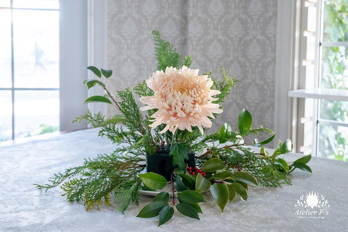 お正月のアレンジ1本目の菊を入れる