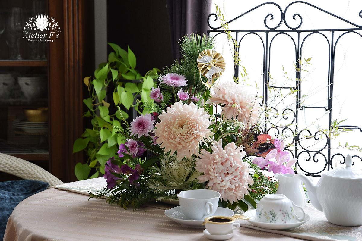 お正月のフラワーアレンジメントをサイドテーブルに飾る