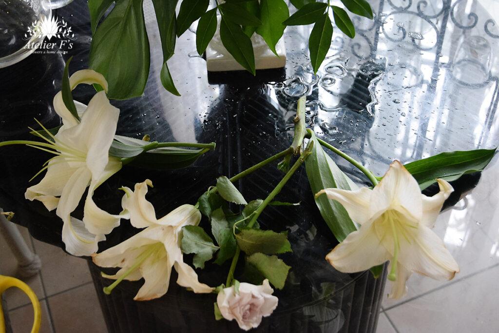 お盆の花 一部の花が枯れたら抜きましょう