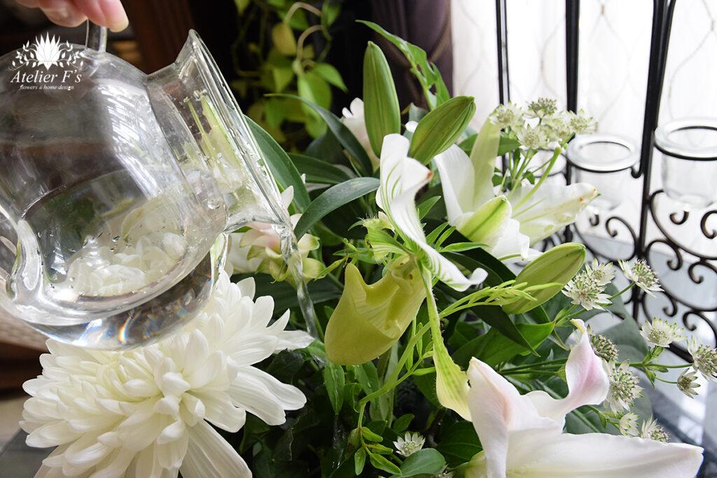 お盆のお供えの花へ水やり