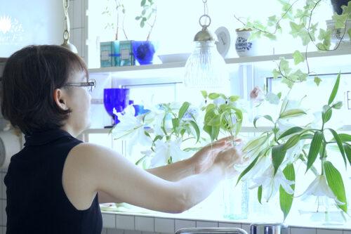 DIYでつけたキッチンの棚をおしゃれに模様替えと切り花の手入れと飾り方