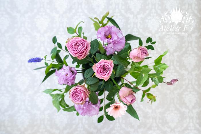 ポイントフラワーとラインフラワーの次は、インパクトのある花(大きな花)を入れます。
