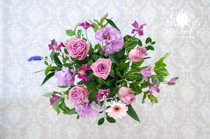 ラインの花のクレマチスを隙間にバランスよく挿す